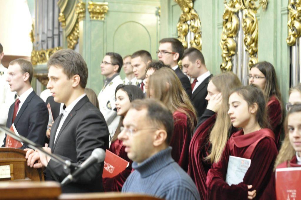 Śpiewacy stoją na chórze